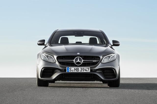 Về thiết kế, Mercedes-AMG E63 2018 khác biệt với E-Class thông thường ở lưới tản nhiệt trước, cản va, vòm bánh mở rộng, vành 19 inch, 4 ống xả và cánh gió đuôi. Riêng Mercedes-AMG E63 S 2018 sử dụng vành 20 inch. Bên trong Mercedes-AMG E63 2018 có bộ phụ kiện AMG riêng.