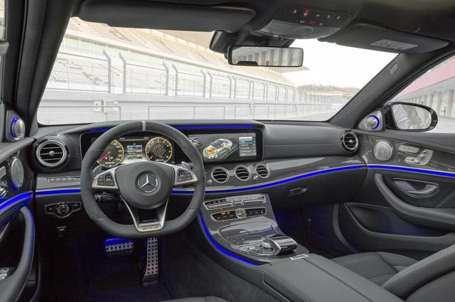 Động cơ V8 kết hợp cùng hộp số Speedshift MCT 9 cấp tiêu chuẩn với lẫy chuyển số thể thao trên vô lăng. Cả Mercedes-AMG E63 và E63 S 2018 đều không có tùy chọn hệ dẫn động cầu sau. Thay vào đó, hãng xe Đức trang bị chế độ Drift Mode tiêu chuẩn cho Mercedes-AMG E63 S 4Matic 2018 giúp công suất chỉ truyền tới cầu sau.