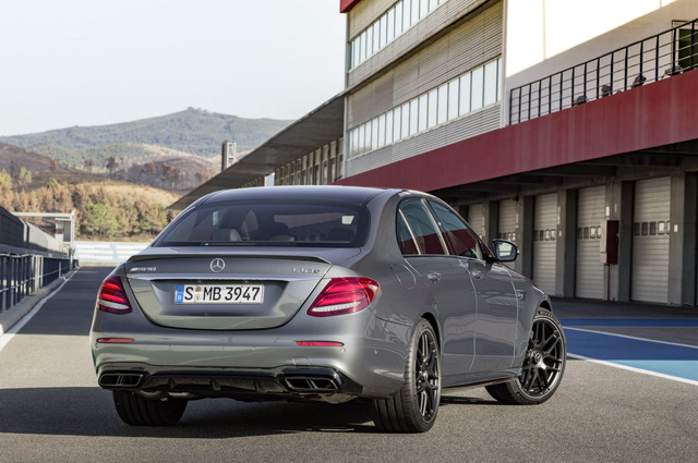 Đúng như dự đoán, Mercedes-AMG E63 2018 được trang bị hệ thống kiểm soát thân vỏ tinh chỉnh đặc biệt, hệ thống treo mới trên cả hai cầu, khóa vi sai cầu sau và hệ thống lái cơ điện tử thể thao phản ứng nhanh với tốc độ. Lực hãm của Mercedes-AMG E63 2018 bắt nguồn từ hệ thống phanh hiệu suất cao với đĩa phanh kép 360 mm, kẹp phanh 6 piston trước và đĩa phanh đơn 360 mm, kẹp phanh 1 piston sau.