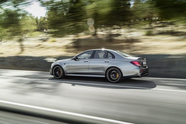 Cả hai đều sở hữu vận tốc tối đa giới hạn điện tử 250 km/h. Nếu có thêm gói AMG Driver, tốc độ tối đa của Mercedes-AMG E63 S 2018 sẽ được nới lên 300 km/h.