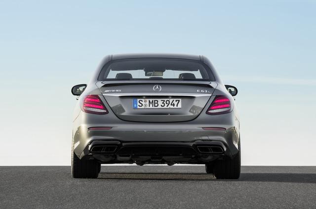 Trong khi đó, Mercedes-AMG E63 S 2018 sử dụng phanh đĩa trước 390 mm. Chưa hết, hãng Mercedes-Benz còn cung cấp cả hệ thống phanh carbon-gốm với đường kính 402 mm trước và 360 mm sau tùy chọn.
