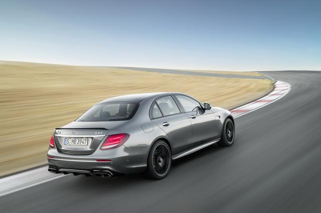Sức mạnh tương ứng của Mercedes-AMG E63 S 2018 là 604 mã lực và 850 Nm. Sức mạnh này giúp Mercedes-AMG E63 S 2018 tăng tốc từ 0-100 km/h trong 3,3 giây, tương tự BMW M5.