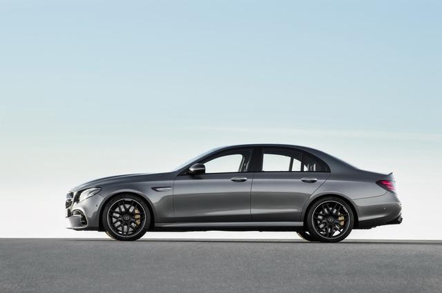 Mạnh mẽ là thế nhưng động cơ V8 trên Mercedes-AMG E63 2018 lại tiết kiệm nhiên liệu nhờ công nghệ ngắt xy-lanh. Người lái có thể chủ động ngắt 4 xy-lanh của động cơ khi xe chạy ở chế độ Comfort với vòng tua máy dao động từ 1.000 - 3.250 vòng/phút.