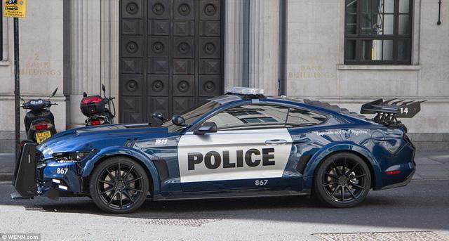 Xe cảnh sát hầm hố Ford Mustang trong cuộc rượt đuổi