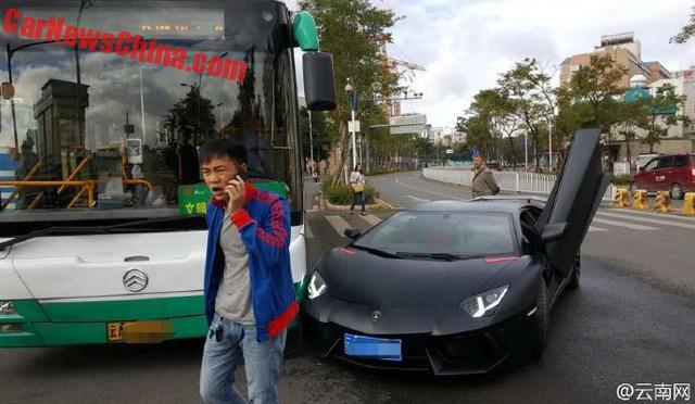 Người đàn ông trong ảnh chính là tài xế của chiếc Lamborghini Aventador.