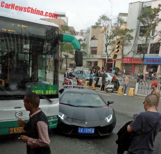 Vụ tai nạn thu hút sự chú ý của nhiều người xung quanh.