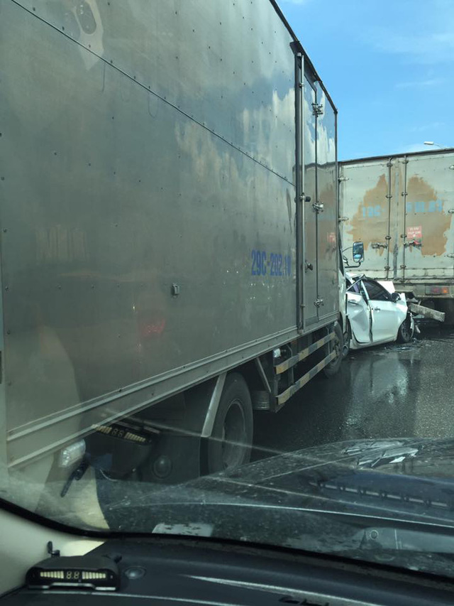 Xe tải khác đâm vào Kia Morning