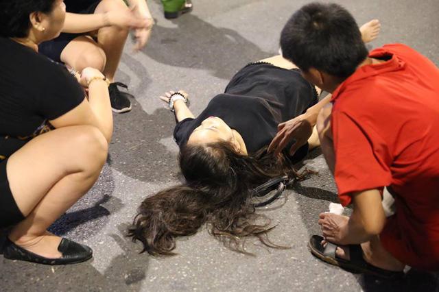Cô gái nằm tại hiện trường vụ tai nạn