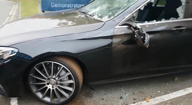 Chiếc Mercedes E-Class bị hư hỏng nặng sau vụ tai nạn. Ảnh cắt từ video