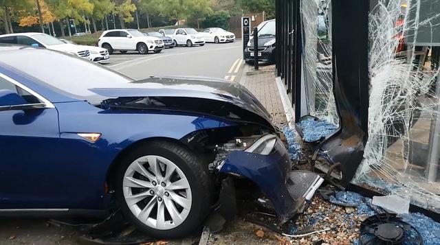 Đầu xe Tesla Model S hư hỏng nặng sau khi đâm vào đại lý Mercedes. Ảnh cắt từ video