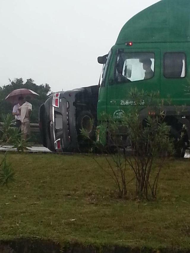 Chiếc Toyota Fortuner lật nghiêng tại hiện trường vụ tai nạn. Ảnh: Trần Triển