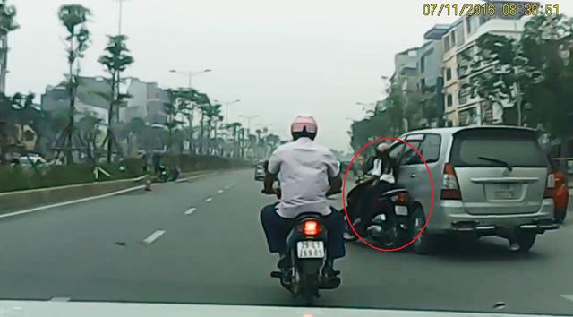 ... va quệt vào cô gái đi xe máy. Ảnh cắt từ video