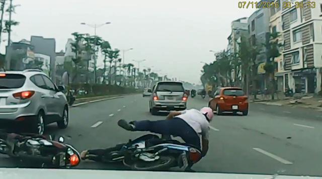 ... và bị xe máy của người đàn ông đâm tiếp. Ảnh cắt từ video