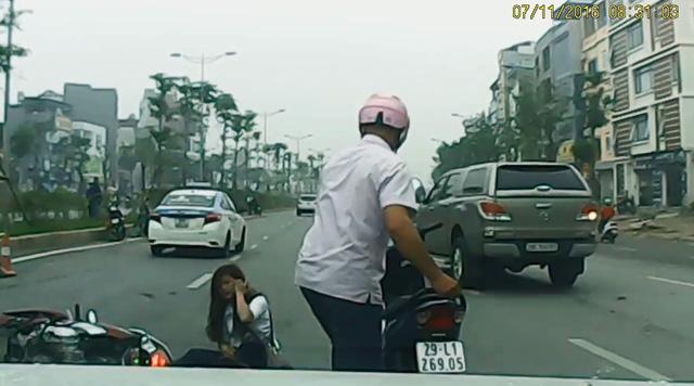 Cô gái ngồi tại hiện trường vụ tai nạn. Ảnh cắt từ video