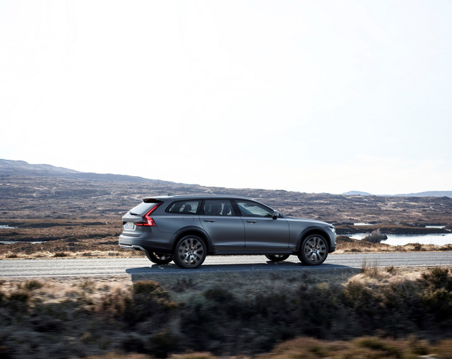 Với hệ dẫn động 4 bánh toàn thời gian, chiều cao gầm tăng lên 218 mm và khung gầm tối ưu hóa để phù hợp với mọi loại thời tiết cũng như địa hình, Volvo V90 Cross Country đưa dòng xe station wagon V90 lên một tầm cao mới đồng thời bổ sung thêm trái tim của một nhà khám phá, ông Peter Mertens, phó chủ tịch Trung tâm nghiên cứu và phát triển của Volvo, phát biểu.