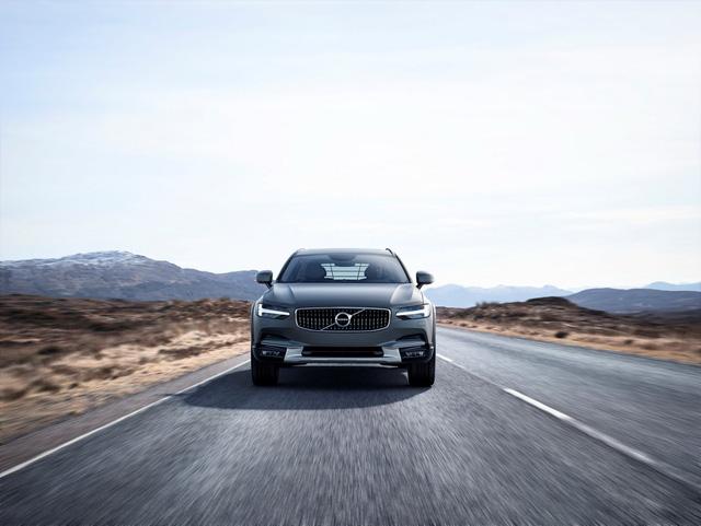 Theo hãng xe Thụy Điển, V90 Cross Country là mẫu xe quan trọng trong dòng sản phẩm của Volvo. Đây là mẫu xe dành cho những khách hàng có phong cách sống trải nghiệm. Nói cách khác, khách mua Volvo V90 Cross Country là những người thỉnh thoảng sẽ đi off-road.