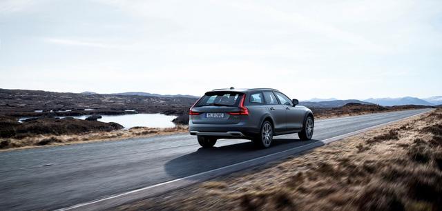 Volvo V90 Cross Country không chỉ mang thiết kế thanh lịch của V90 mà còn an toàn, tiện nghi, có khả năng vận hành ấn tượng, thậm chí đi off-road, hãng xe Thụy Điển khẳng định.
