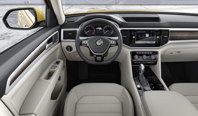 Bên trong Volkswagen Atlas 2018 xuất hiện khoang lái kỹ thuật số cùng hệ thống thông tin giải trí Car-Net, hỗ trợ ứng dụng Apple CarPlay và Android Auto. Thêm vào đó là dàn âm thanh Fender cao cấp với công suất 480 W và 12 loa.