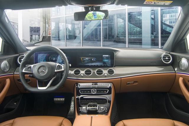 Phiên bản E 300 AMG sở hữu nội thất bọc da Nappa thượng hạng cùng ốp bề mặt kim loại