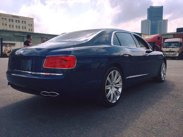 Bentley Flying Spur V8 màu lạ cập bến Việt Nam - Ảnh 2.