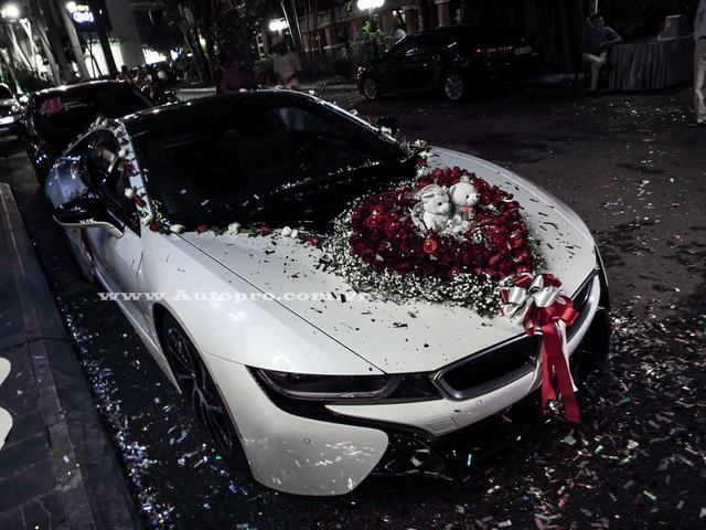 Một đám cưới vừa diễn ra tại Hải Phòng thu hút khá nhiều sự chú ý của giới săn xe tại đây khi có sự xuất hiện của chiếc xe thể thao tiền tỷ BMW i8.