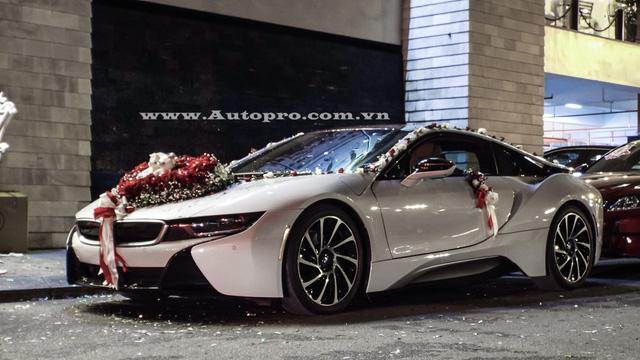 Chiếc BMW i8 xuất hiện trong đám cưới thiếu gia Hải Phòng sở hữu gam màu trắng muốt, ngoài ra, các điểm nhấn như viền lưới tản nhiệt, bên hông hay đuôi xe sơn màu bạc.