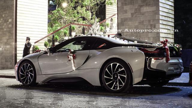 BMW i8 sở hữu động cơ 3 xi-lanh, TwinPower Turbo, dung tích 1,5 lít, sản sinh công suất tối đa 231 mã lực và mô-men xoắn cực đại 320 Nm. Động cơ kết hợp một mô-tơ điện cho công suất tối đa 131 mã lực và mô-men xoắn 250 Nm. Như vậy, tổng công suất của BMW i8 là 362 mã lực và mô-men xoắn cực đại 570 Nm. Sức mạnh trên cho phép BMW i8 tăng tốc từ 0-100 km/h trong vòng 4,4 giây trước khi đạt vận tốc tối đa 250 km/h. Mức tiêu thụ nhiên liệu của BMW i8 khá ấn tượng với 2,1 lít /100 km tương đương 47,6 km/lít.