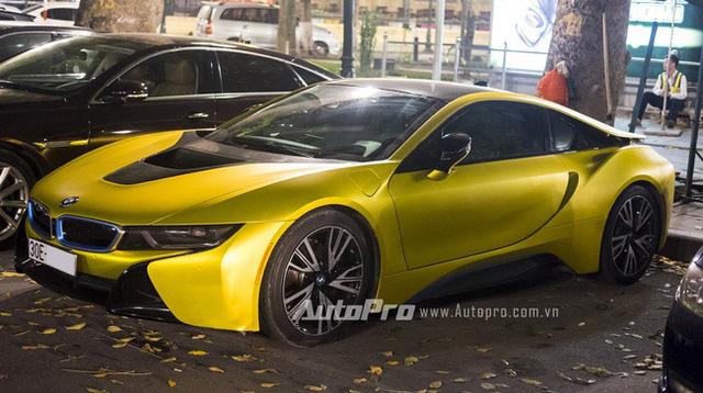 Màu vàng xước cũng được một tay chơi Hà thành chọn làm bộ áo cho chiếc BMW i8 này.