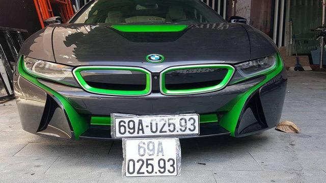 BMW i8 của dân chơi đến từ Cà Mau lại chọn màu xanh lá nổi bật để làm điểm nhấn bên cạnh bộ áo màu xám bút chì nguyên bản.