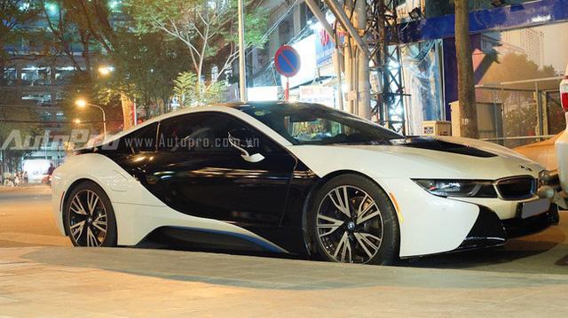 Nguyên bản chiếc BMW i8 này có ngoại thất trắng muốt, nhưng một tiểu thư 8X tại Sài thành đã dán thêm đề-can màu đen bóng ở hai bên cửa hình cánh bướm để tạo sự khác biệt.