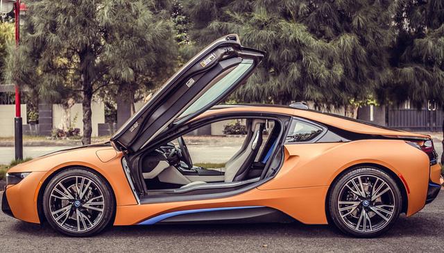 BMW i8 tại Đà Nẵng chọn cho mình màu cam nhám bao phủ toàn bộ ngoại thất, ngoài ra, vẫn là các điểm nhấn quen thuộc của màu xanh ở lỗ mũi lưới tản nhiệt, bên hông hay đuôi xe.
