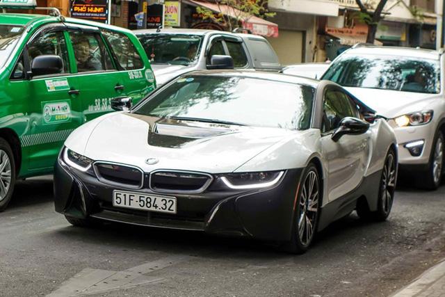 Màu bạc xỉu đen và trắng phối cùng nhau là màu sắc khá yêu thích của ông chủ cà phê Trung Nguyên. Vì thế ngay khi tậu chiếc BMW i8 đại gia ngành đồ uống đã mang đến bộ cánh có một không hai cho chiếc xe thể thao 7 tỷ Đồng.