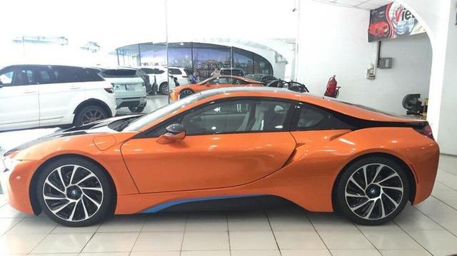 Cũng có sắc cam nổi bật, nhưng tay chơi Sài thành lại chọn cho chiếc BMW i8 của mình màu cam bóng kết hợp cùng các chi tiết màu xám bút chì và xanh dương nguyên bản của xe.