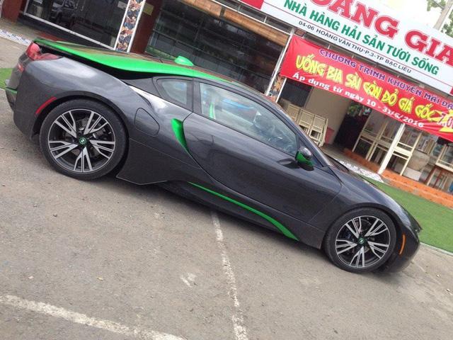 BMW i8 nguyên bản sở hữu động cơ 1,5 lít, 3 xy lanh, TwinPower Turbo, sản sinh công suất cực đại 231 mã lực, mô-men xoắn cực đại 320 Nm, kết hợp một động cơ điện cho công suất cực đại lên thành 131 mã lực, mô-men xoắn 250 Nm. Tổng công suất cực đại trên chiếc, BMW i8 do 2 động cơ xăng và điện kết hợp là 362 mã lực và mô-men xoắn cực đại là 570Nm. Với động cơ điện, siêu xe thể thao có thể hoàn thành quãng đường dài 35km, vận tốc tối đa đạt được 120km/h.