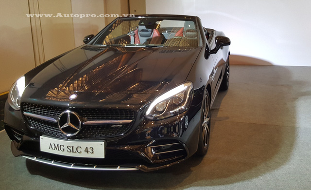 Mercedes-Benz SLC 2017 còn có mui xếp cứng đóng/mở trong vòng 16 giây. Theo hãng Mercedes-Benz, mui của SLC 2017 có thể đóng hoặc mở khi xe đang chạy ở vận tốc 40 km/h.