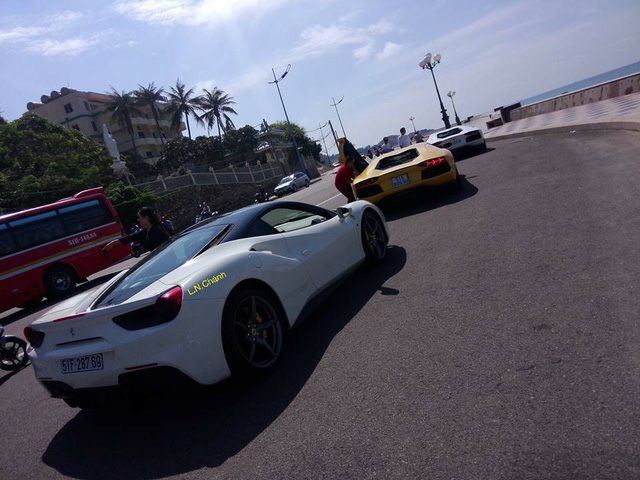 Ferrari 488 GTB của doanh nhân Quốc Cường cùng bộ đôi siêu xe Lamborghini Aventador LP700-4 vừa có chuyến phượt về thành phố Vũng Tàu.