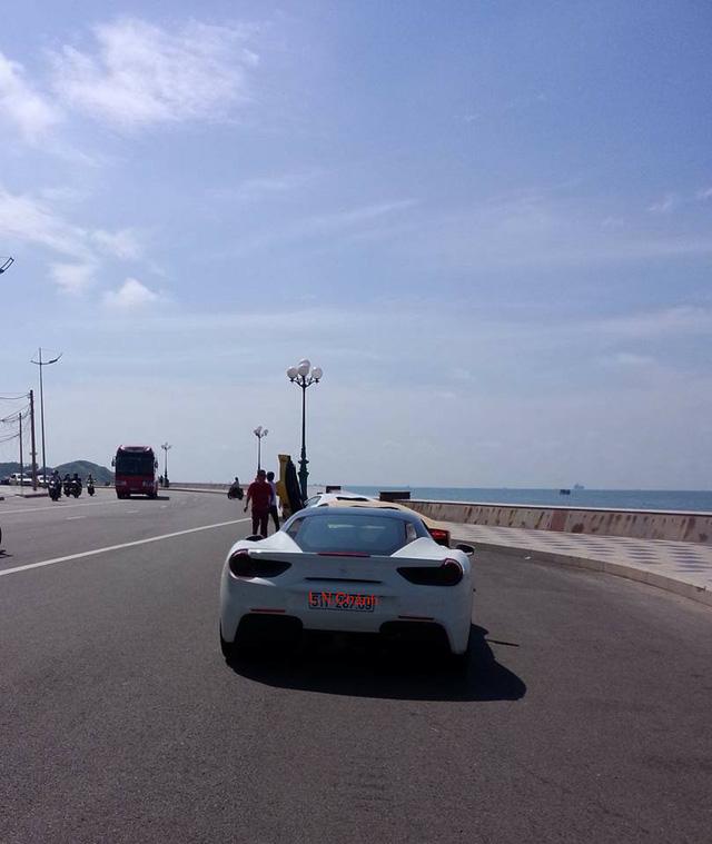 Ferrari 488 GTB trắng muốt của Cường Đô-la nhìn từ phía sau