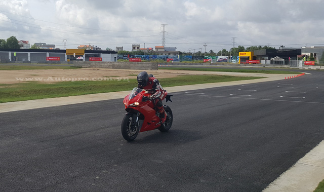 Ducati 959 Panigale sử dụng động cơ Superquadro xi-lanh đôi, dung tích 955 phân khối tạo ra công suất tối đa 157 mã lực tại vòng tua máy 10.500 vòng/phút và mô-men xoắn cực đại 107.4 Nm. Theo hãng Ducati, đây là động cơ Superquadro đầu tiên đạt tiêu chuẩn khí thải Euro 4.
