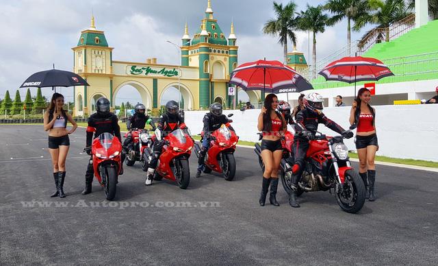 Để đảm bảo an toàn những kỹ thuật viên của Ducati đảm nhận công tác dẫn đoàn và các biker Việt chạy phía sau, các tay lái chỉ được chạy tối đa một vòng trường đua mô tô khoảng 1,4 km với những đoạn thẳng, góc khua khá ấn tượng. Nhiều biker sau lượt chạy đầu tiên vẫn thèm muốn được cầm lái mẫu siêu mô tô 959 Panigale thêm lần nữa.