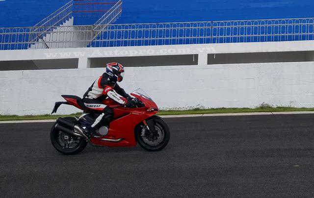 Tại thị trường Việt Nam, Ducati 959 Panigale được nhập khẩu từ thị trường Thái Lan sẽ có mức giá 590 triệu Đồng.