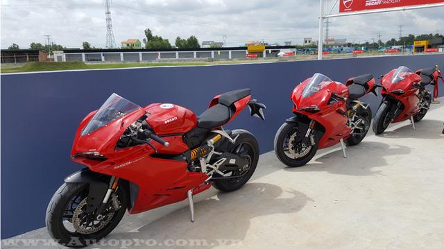 Ducati 959 Panigale được biết đến như dòng xe thể thao hạng trung thay thế cho thế hệ trước đó là 899 Panigale với nhiều thay đổi công nghệ đáng kể. Cụ thể khối động cơ L-Twin mới có dung tích 955 phân khối, cũng là động cơ Superquadro đầu tiên đạt tiêu chuẩn khí thải Euro 4, được thiết kế với hành trình pít-tông dài hơn đi cùng những cải tiến mới nhằm giúp cải thiện tối đa sức mạnh.