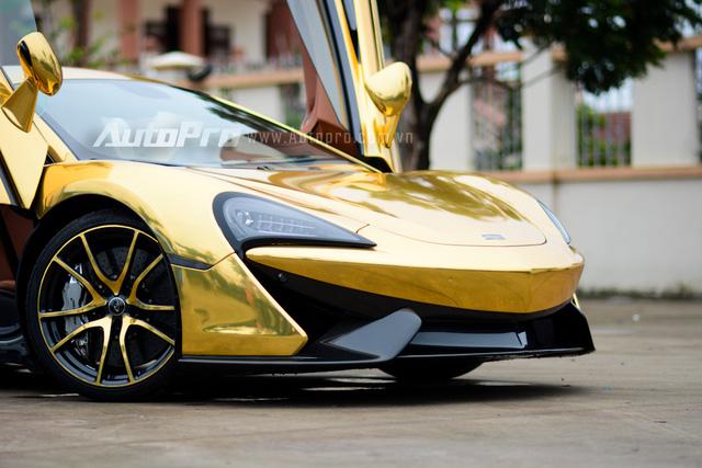 Ngoài bộ áo màu vàng crôm nổi bật, chiếc McLaren 570S còn được trang trí tông màu này ở các vành la-zăng khá lạ mắt.