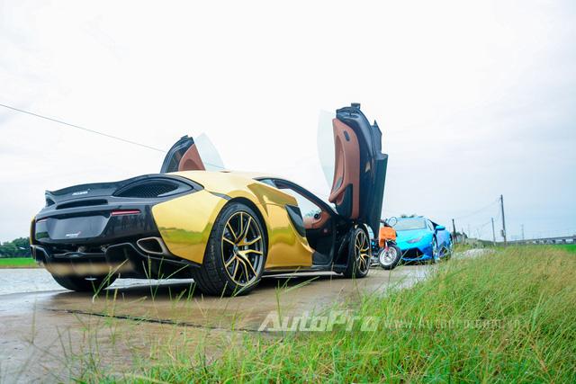 Điểm nhấn trên bộ áo vàng crôm là các chi tiết như cản va trước, hốc gió bên hông và đuôi xe sử dụng chất liệu sợi carbon cao cấp.