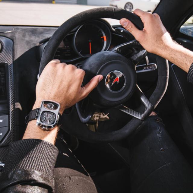 Siêu phẩm đồng hồ Angelus U10 Tourbillon Lumiere tạo dáng bên trong khoang lái của siêu xe McLaren. Angelus mất đến 4 năm để phát triển về cả thiết kế cũng như bộ máy vận hành. U10 Tourbillon Lumiere sử dụng bộ máy A100 lên dây cót bằng tay, kim dây dead beat, gắn thêm bộ chuyển động tourbillon một phút, chạy ở tần số 2Hz và lưu trữ năng lượng đến 90 giờ. Angelus chỉ sản xuấn 25 chiếc cho siêu phẩm này.