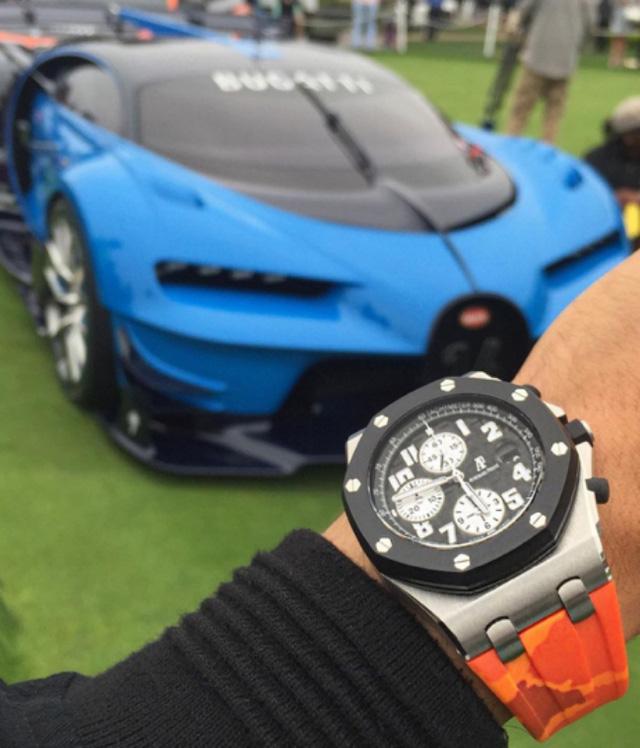 Chiếc đồng hồ Audemars Piguet Offshore tạo dáng bên siêu xe được mệnh danh nhanh nhất thế giới, Bugatti Chiron. Chiron giữ bộ động cơ mạnh mẽ W16, dung tích 8.0 lít, cho công suất khủng khiếp 1.479 mã lực và mô-men xoắn cực đại 1.600 Nm. Xe có thể tăng tốc từ 0 -100 km/h trong nháy mắt với thời gian vỏn vẹn có 2,4 giây. Để đạt tới vận tốc 200 km/h, Chiron cũng chỉ mất có 6,5 giây và đạt tới vận tốc 300 km/h chỉ trong có 13,6 giây.