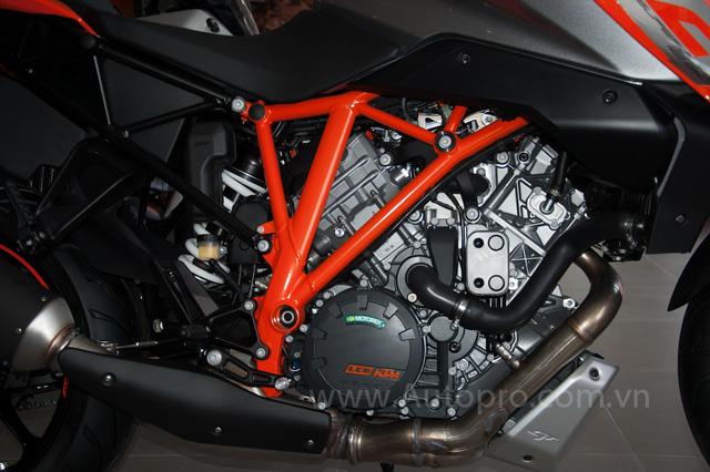 KTM 1290 Super Duke GT sử dụng động cơ V-Twin, dung tích 1.301 phân khối, sản sinh công suất tối đa 173 mã lực tại vòng tua 9.500 vòng/phút và mô-men xoắn 144 Nm. Hộp số 6 cấp.