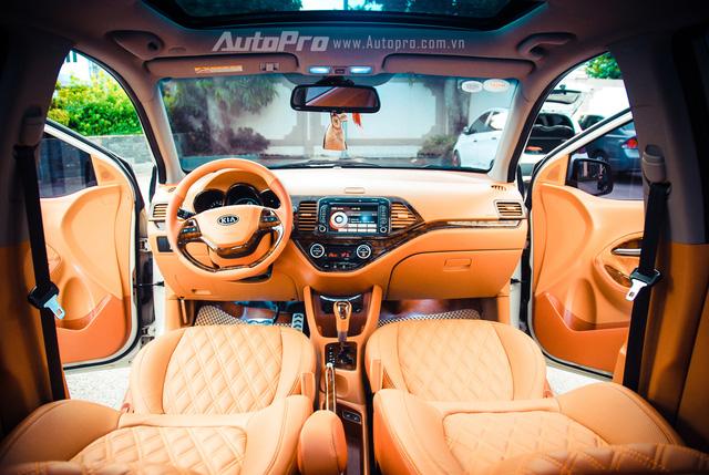 ' Sau khi tham khảo nhiều kiểu dáng nội thất, chủ nhân của chiếc Kia Morning đã quyết định sử dụng tông màu nâu sáng với cảm hứng từ Porsche Cayman để đưa vào xe. '