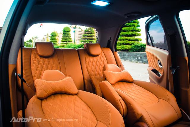 ' Toàn bộ hai hàng ghế bên trong chiếc Kia Morning đều được xử lý bọc lại da nâu sáng mới theo đúng ý của chủ xe. '