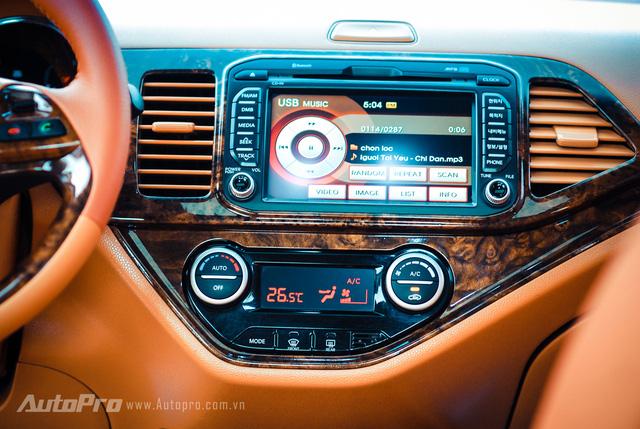 ' ... hay phanh tay trên chiếc xe Kia Morning này cũng được thay đổi sang ốp vân gỗ. '