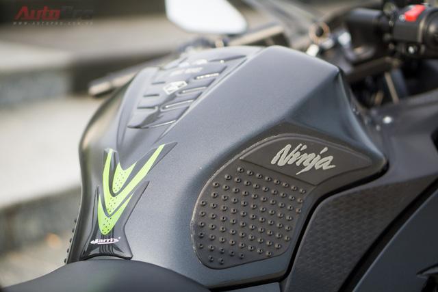 Bình xăng 17 lít được biker Hà Nội bổ sung một số đồ chơi như ốp nhựa tăng ma sát và xương cá tăng tính thẩm mỹ.